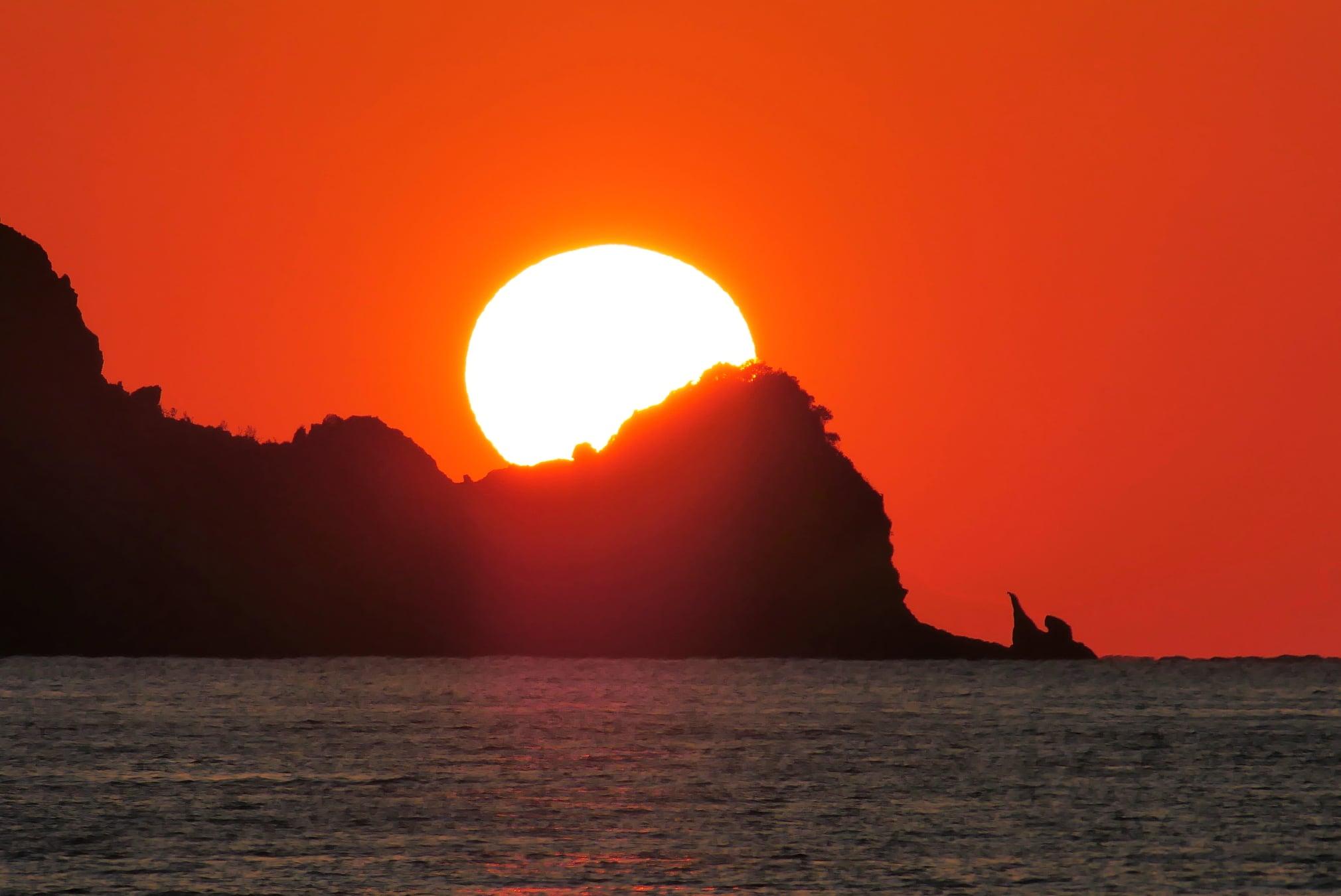 海と島と夕日